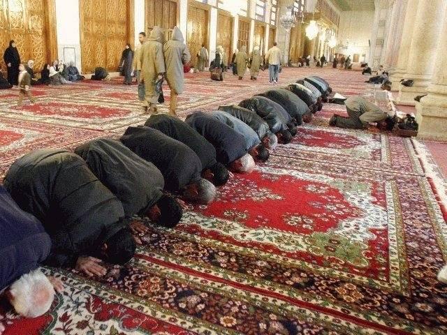 hommes qui prient
